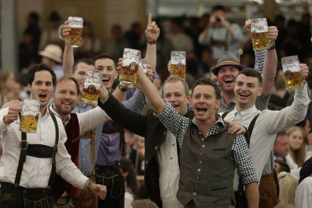 Brindis. Jóvenes alemanes que ayer participaron de la jornada inaugural.