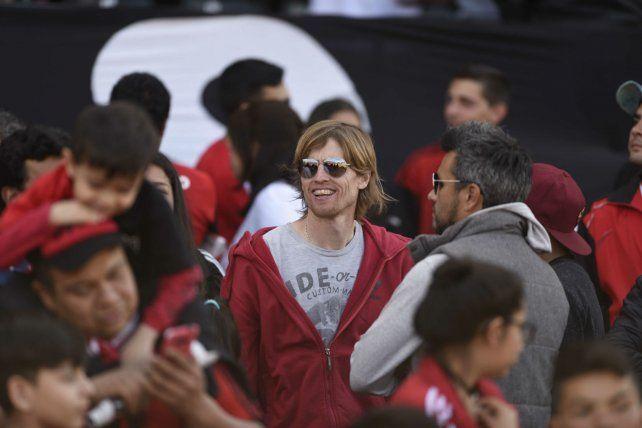 Atrás del banco. Pomelo participó de un acto solidario y se quedó en la tribuna oficial.