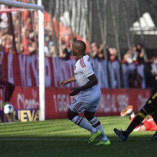 El portugués Luis Leal ya definió, la pelota está en la red y lo festeja.