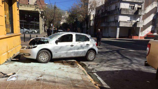 Un auto chocó contra un colectivo y terminó contra una pizzería de San Luis y Rodríguez