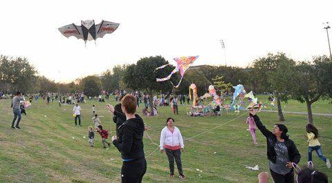 A volar. El festival de barriletes congregó en el parque Scalabrini Ortiz a grandes y chicos.