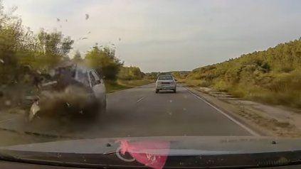 El impactante instante en que un motociclista pierde la vida en un choque frontal
