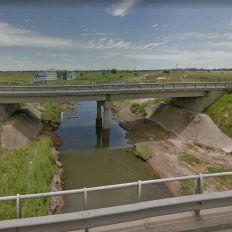 Hallaron el cuerpo de un hombre en el arroyo Ludueña y la autopista Rosario-Córdoba