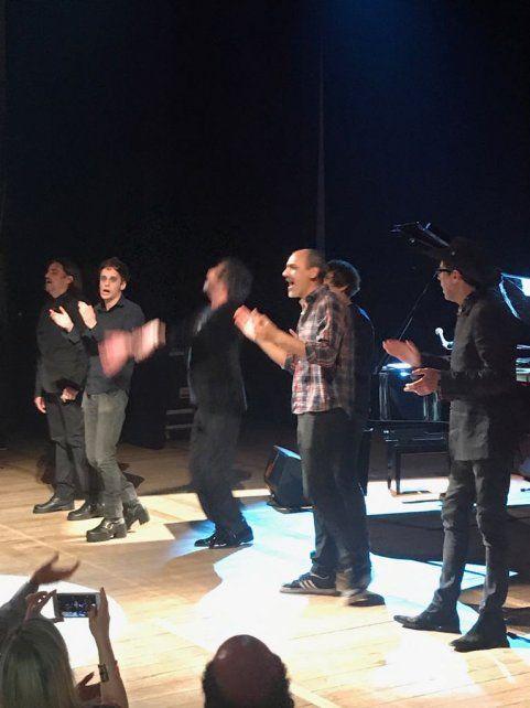 Mario Rovere (de camisa a cuadros) en el escenario junto a Fito y otros músicos.