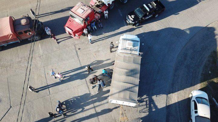 La moto chocó contra un Scania rojo y terminó debajo de un Mercedes Benz.