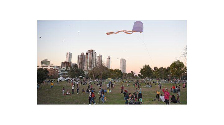 A pleno sol. El domingo pasado la temperatura superó los 20 grados y los parques estuvieron colmados.