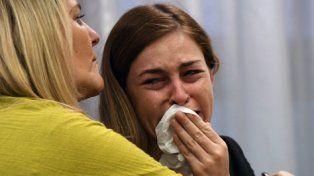 denunciante. La víctima, Giuliana Peralta, llora junto a su madre.