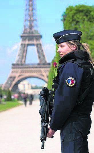 La policía custodia la torre.
