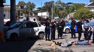 Huían de la policía, atropellaron a un ciclista y terminaron chocando contra un negocio