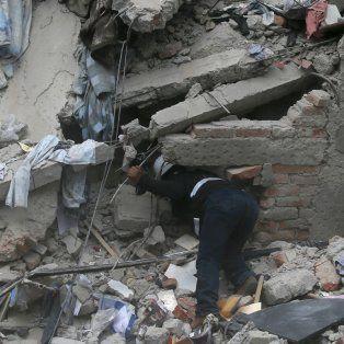 Un operario busca sobrevivientes en un edificio colapsado en México.