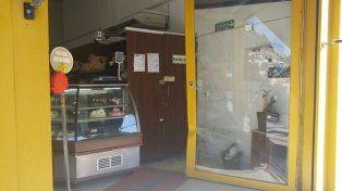 El conductor se metió con la camioneta adentro de la panadería Santa Lucía de Villa Gobernador Gálvez.