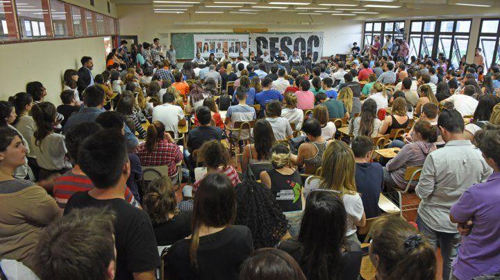 La sala donde se realizó el debate estuvo colmada.