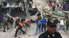 Mexicanos habitantes de la popular zona Roma removiendo los escombros de un edificio derruido.