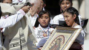 El Papa bendijo una imagen de la Virgen de Guadalupe.