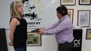 El empresario de chalecos antibalas Miguel Caballero, momentos antes de dispararle a su mujer para probar su producto.