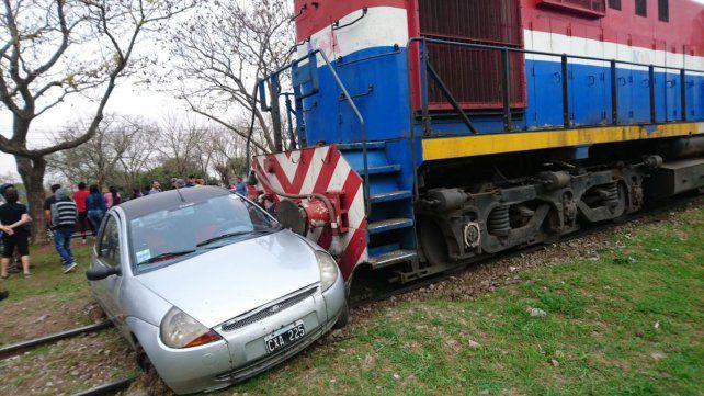 El tren arrastró casi cien metros al Ford K (Fotos via Twitter @conectamasradio)