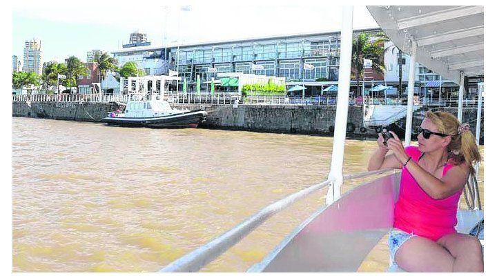 a la playa. Rosarinos y turistas utilizan los traslados al otro lado del río.