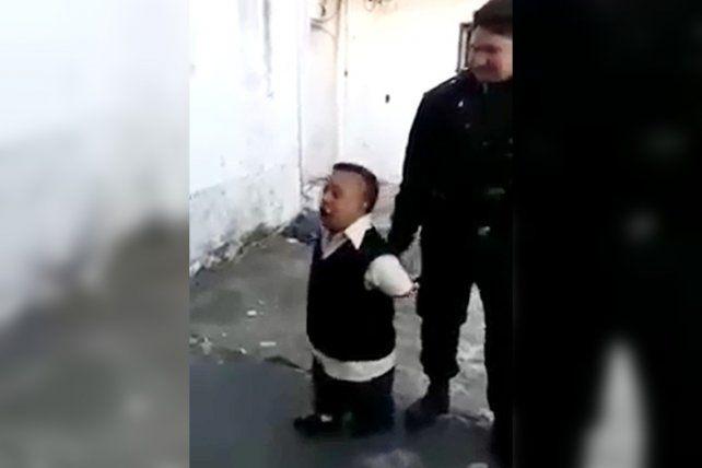Los policías detuvieron al hombre y se burlaron de su altura.