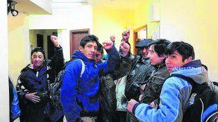protesta. Mapuches irrumpieron ayer en la sede judicial para pedir el apartamiento del magistrado.