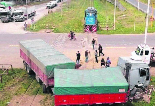 Tras el impacto. El camión y la locomotora en el paso a nivel de la A-012.