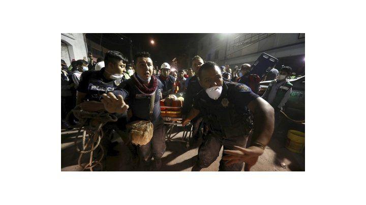 auxilio. Una persona malherida es rescatada de los escombros de un edificio del barrio Colonia del Valle de la ciudad de México.