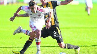 Encara y pasa. Torres fue incontenible ante Olimpo en la primera victoria rojinegra en la Superliga. Además hizo un gol.