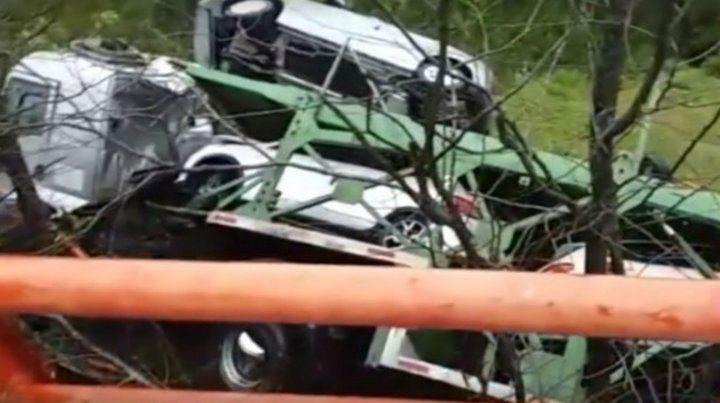El camión quedó recostado sobre una calle lateral a la vera del río. El chofer salió ileso.