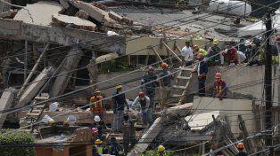 La imagen de los rescatistas trabajando entre los escombros de la escuela.