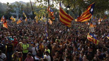 No ceden. Separatistas colmaron las calles de Barcelona en repudio a los operativos del gobierno central.