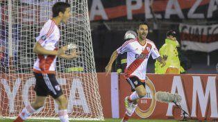 Noche soñada. Nacho Scocco convirtió cinco goles en el histórico triunfo de River.