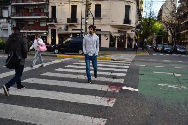 Pellegrini y Alem. Sobre la senda peatonal