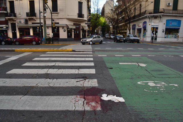 Pellegrini y Alem. El hombre herido pudo caminar hasta allí donde pidió auxilio.