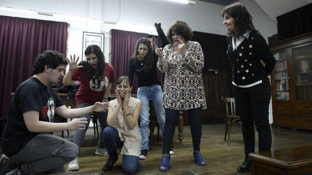 En la Cultural Inglesa aprenden el idioma con juegos teatrales.