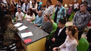 Por el paro en el Registro Civil, tres parejas protagonizaron un casamiento comunitario
