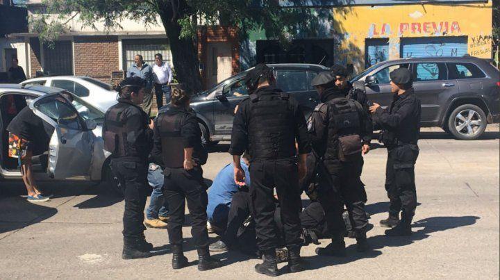 Un policía resultó herido al chocar un auto y un móvil de la PAT que perseguían a un motociclista