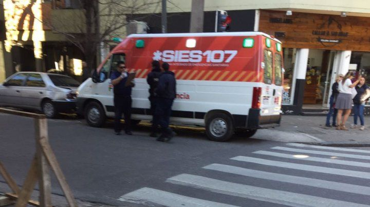 La ambulancia del Sies asistió a la mujer atropellado.