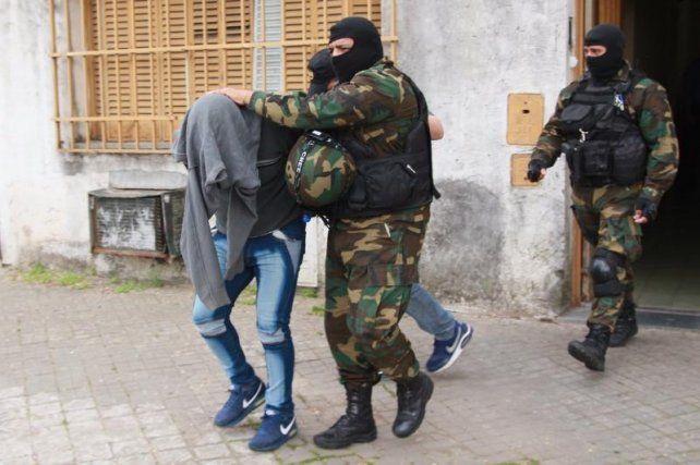 Una de las personas detenidas en el privado de Saavedra al 1300 que fue allanado.