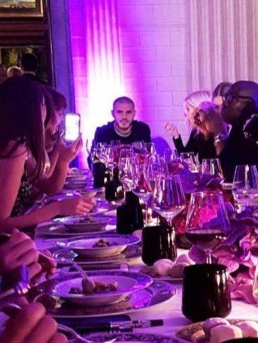 Al fondo. Icardi encabezó la mesa en la noche y luego se sacó una foto con una top model.