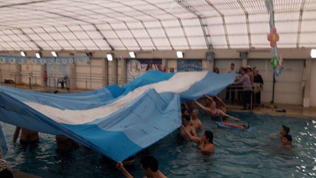 Nadadores. Desplegaron la bandera más larga del mundo.