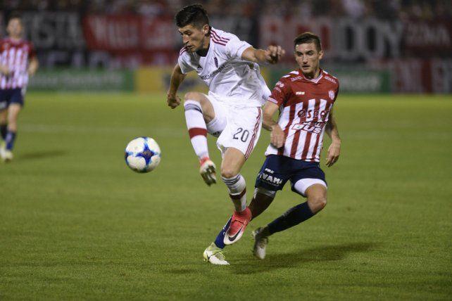 En el aire. Amoroso fue titular en el debut rojinegro ante Unión. Luego dejó de entrenar en Newells.