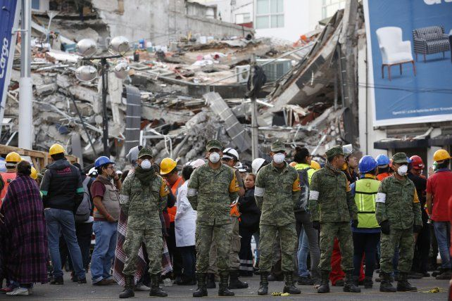Soldados mexicanos custodian un sector donde colapsó uno de los edificios.