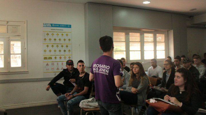 Cursos. Una de las clases que reciben los aspirantes a sacar la licencia de conducir en Rosario.