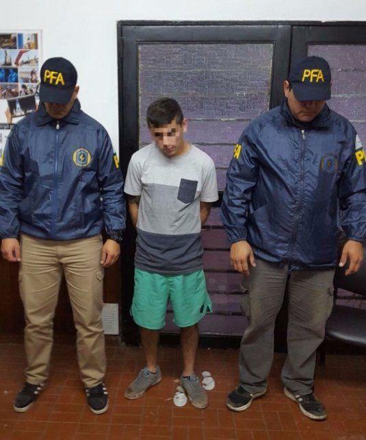 Escoltado. Lautaro Funes entre los agentes de la Federal que lo atraparon.