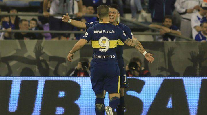 Venga ese abrazo. Benedetto acaba de marcar un gol y va en busca de Pavón para festejar.