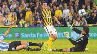 Golazo. Lovera la pica y marca el cuarto gol contra Racing, en lo que fue el último triunfo canalla en el torneo local.