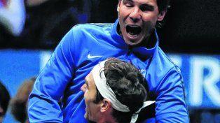 Soy tu fan. Nadal saltó a la cancha como una fiera para celebrar el punto con Federer.