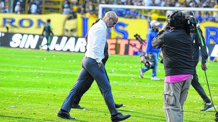 Busca una respuesta. El uruguayo se retiró de la cancha mirando el césped. Se hizo cargo de la derrota.