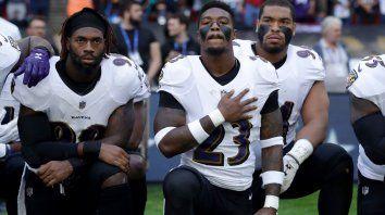 deportistas de futbol americano respondieron arrodillados y unidos al boicot de trump