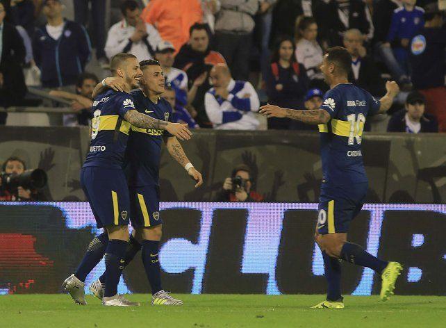 Benedetto festeja uno de sus goles ante Vélez junto a Pavón y Cardona.