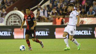 El Negro Figueroa maneja el balón ante la mirada de Alejandro Silva, el autor del gol del triunfo.